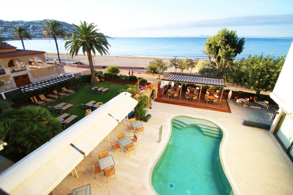 Hoteles con piscina cubierta en rosas espa a viajes el for Hoteles en madrid con piscina cubierta